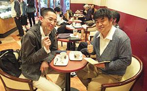 クライアントとカフェで打ち合わせ中の亀田さん